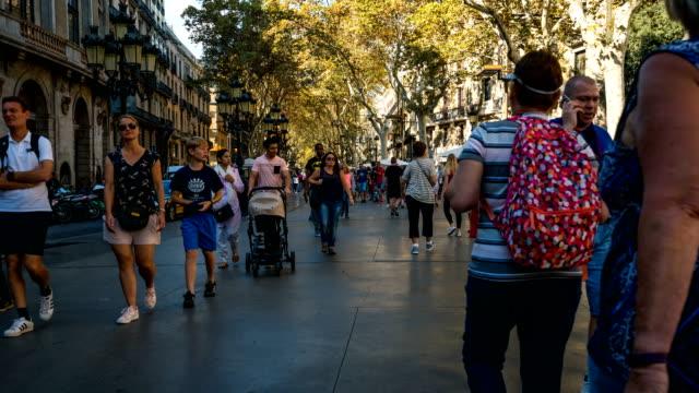 vídeos y material grabado en eventos de stock de t/l gente caminando en la rambla, barcelona, españa - actividad comercial