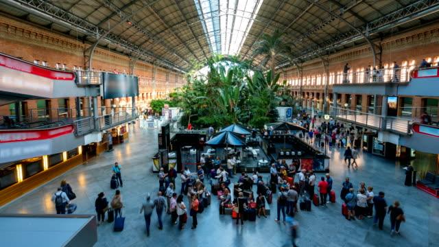 vídeos y material grabado en eventos de stock de t/l gente caminando en madrid atocha estación de trenes, españa - estación de tren