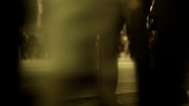 Menschen gehen auf Nacht-Zeitraffer