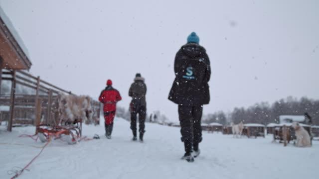 slo ミズーリ人ノルウェーのロッジの 1 つで歩いて - スーパースローモーション点の映像素材/bロール