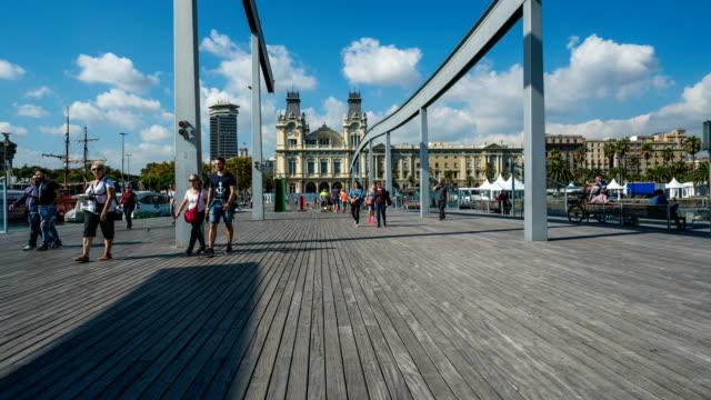 vídeos y material grabado en eventos de stock de t/l gente caminando en el puerto de barcelona, españa - plaza