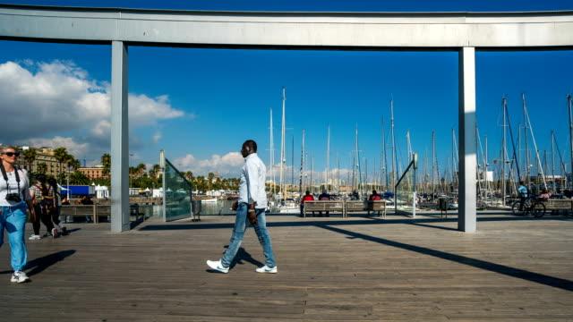 vídeos y material grabado en eventos de stock de t/l gente caminando en el puerto de barcelona, españa - grupo grande de personas