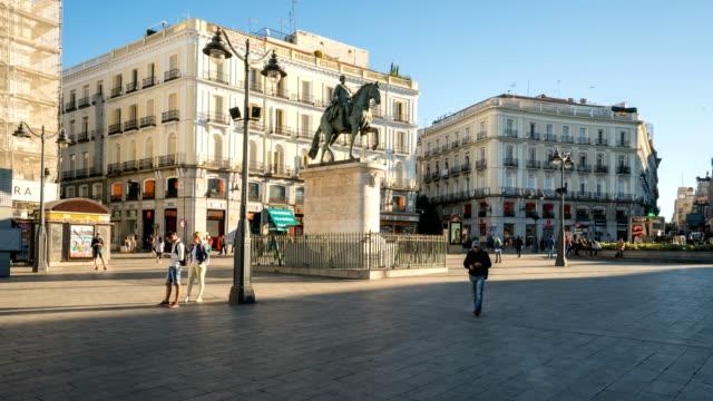 vídeos y material grabado en eventos de stock de t/l gente caminando en puerta del sol, madrid, españa - edificio gubernamental