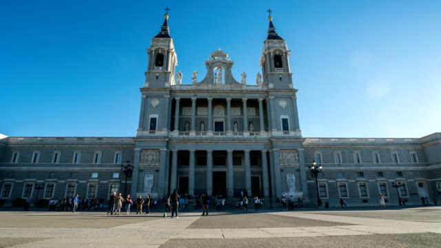 t/l passanten am königlichen palast von madrid, spanien - palast stock-videos und b-roll-filmmaterial
