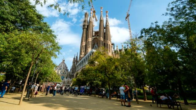 vídeos de stock, filmes e b-roll de t/l pessoas andando na sagrada família, barcelona, espanha - arco característica arquitetônica