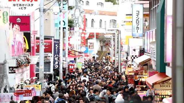 vidéos et rushes de passants dans la rue takeshita dori à harajuku - marinière