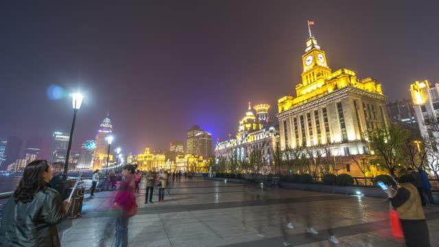 vídeos de stock, filmes e b-roll de t/l ws people walking at the bund/shanghai,china - câmara parada