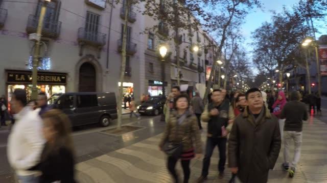 vídeos de stock, filmes e b-roll de pessoas andando na lotada rua la rambla no coração de barcelona, espanha - bulevar