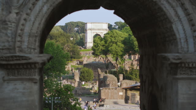 ms people walking at titus arch / rome, italy - triumphbogen stock-videos und b-roll-filmmaterial