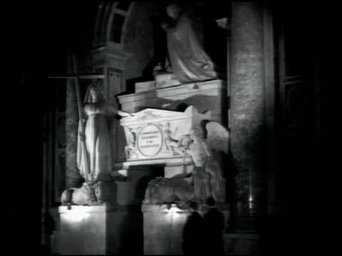 stockvideo's en b-roll-footage met people walking by statue of st peter cu statue vs michelangelo's 'pieta' tombs women walking pope clement iii benedict xv julius iii priests walking... - priester