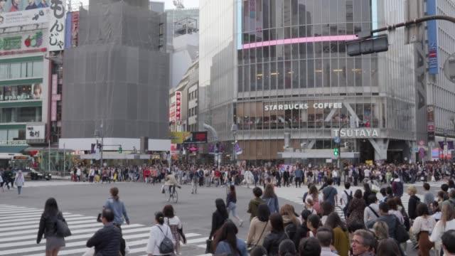 東京の渋谷横断歩道を歩く人たち - 広告看板点の映像素材/bロール