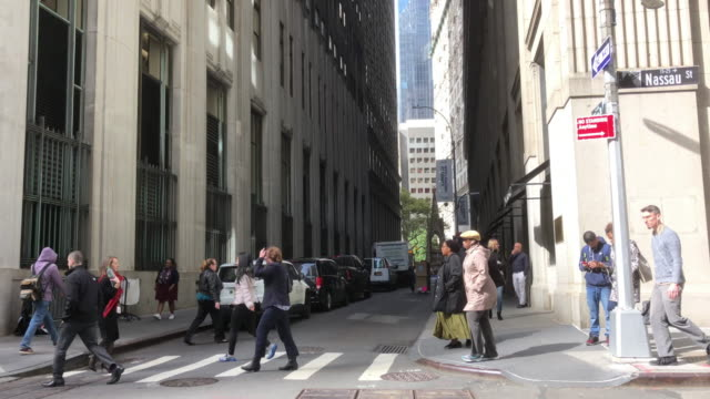 vidéos et rushes de people walking crossing street in downtown, new york city at noon. - étroit