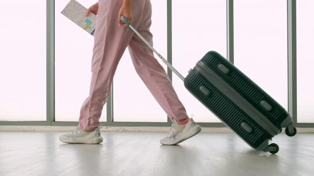 people walking down a corridor in an airport - unterer teil stock-videos und b-roll-filmmaterial