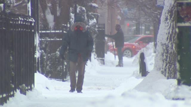 vídeos y material grabado en eventos de stock de wgn people walking down city streets in the cold on january 05 2014 in chicago illinois - ropa de invierno