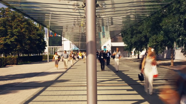 vidéos et rushes de t/l, ms, people walking down exhibit hall walkway, munich, germany - exposition et salon professionnel