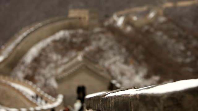 万里の長城を歩いて人々
