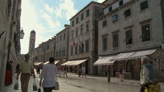 vídeos de stock e filmes b-roll de ws people walking down street in the stradun/ dubrovnik, dalmatia - bairro antigo
