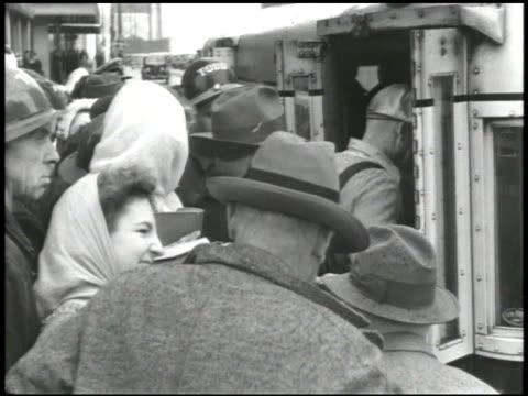 vídeos de stock, filmes e b-roll de people walking down urban sidewalk, crowd waiting to board bus, group walking up sidewalk. war effort: vs girl scouts in uniform w/ woman troop... - world war ii
