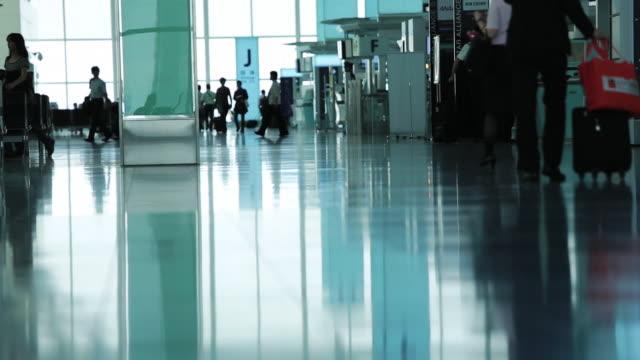 people walking in airport - ロビー点の映像素材/bロール