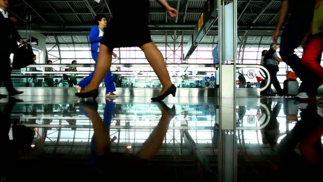 stockvideo's en b-roll-footage met people walking in airport - voetgangerspad
