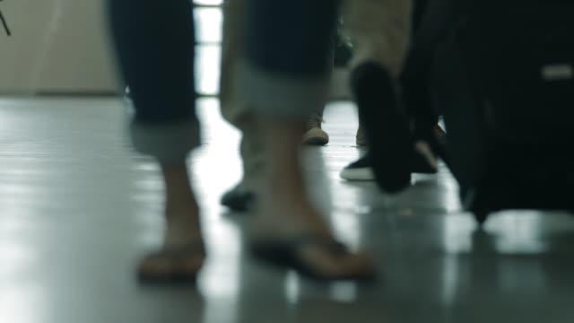 空港で歩く人 - 門点の映像素材/bロール