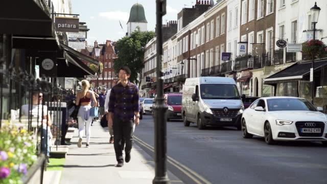 vídeos de stock e filmes b-roll de people walking in beauchamp place in london knightsbridge - kensington e chelsea