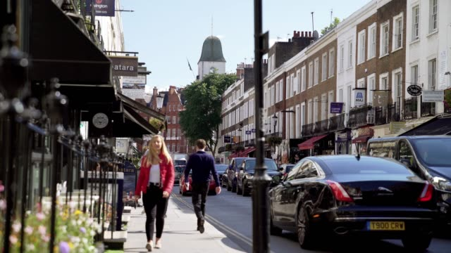 vidéos et rushes de people walking in beauchamp place in london knightsbridge - quartier résidentiel