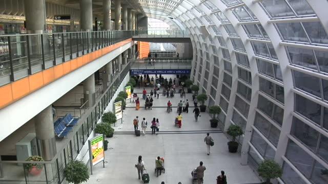 ws ha people walking in chek lap kok international airport / hong kong, china - 香港国際空港点の映像素材/bロール