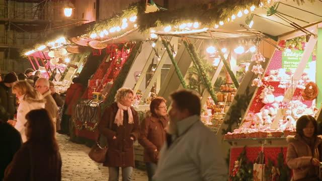 ms people walking in christmas market at night / rã¼desheim, rhine, rhineland-palatinate, germany - rothenburg stock videos and b-roll footage