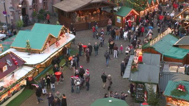 ws people walking in christmas market at romer square / frankfurt, hesse, germany - römerberg stock videos and b-roll footage