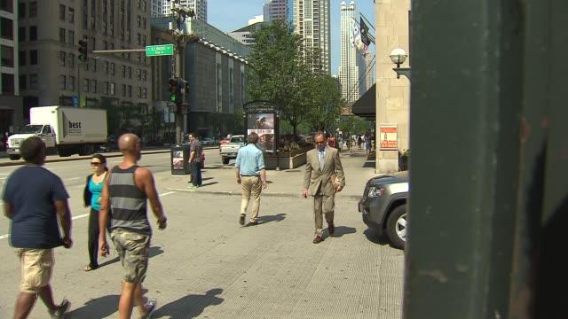 vídeos y material grabado en eventos de stock de people walking in crosswalk on september 27, 2013 in chicago, illinois - paso largo