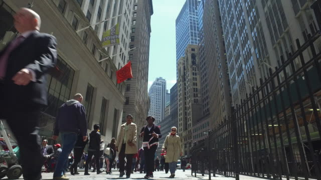 vídeos de stock, filmes e b-roll de people walking in downtown wall street financial district - wall street