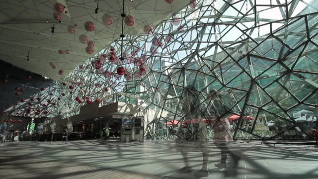 WS People walking in federation square / Melbourne, Victoria, Australia