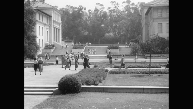 stockvideo's en b-roll-footage met ws people walking in formal garden in front of university building / united states - tuinpad