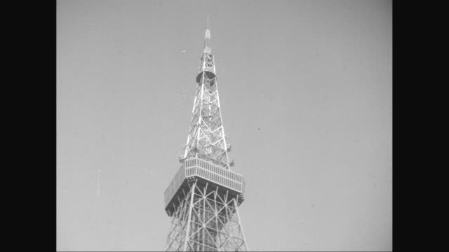 ws tu people walking in front of communication tower / tokyo, japan - 1950~1959年点の映像素材/bロール
