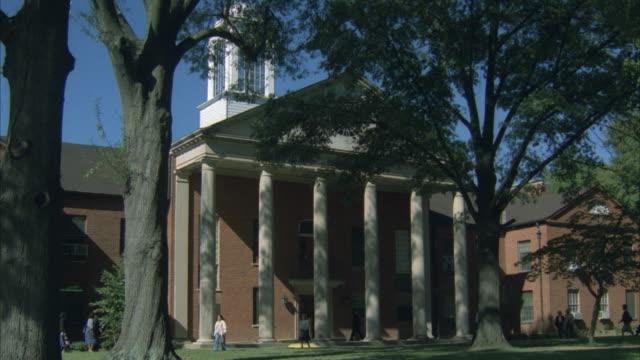 vídeos y material grabado en eventos de stock de ms people walking in front of courthouse, usa - columna arquitectónica