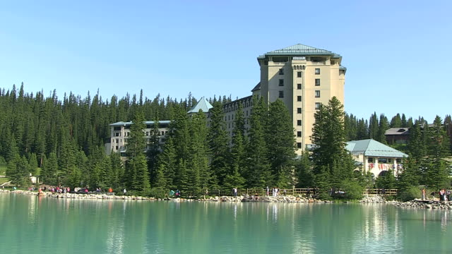 MS People walking in front of Hotel Chateau at Louise Lake / Lake Louise, Banff Nationalpark, Alberta, Canada