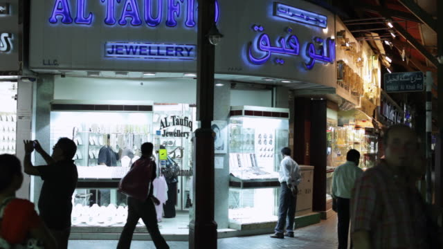 vídeos de stock, filmes e b-roll de ms people walking in front of jewellry store / dubai,  united arab emirates - fachada