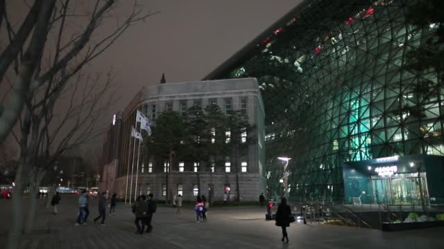 stockvideo's en b-roll-footage met ws people walking in front of modern building at night / seoul, south korea - ingang