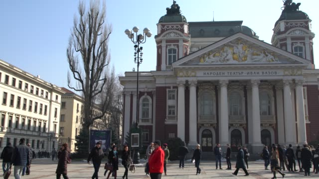 vidéos et rushes de people walking in front of the ivan vazov national theatre in sofia, bulgaria - sofia