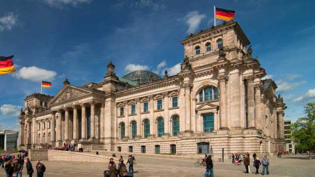 stockvideo's en b-roll-footage met t/l wa pan  people walking in front of the reichstag - politiek
