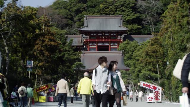 vídeos de stock, filmes e b-roll de ws people walking in front of tsurugaoka hachimangu shrine / kamakura, kanagawa, japan - santuário