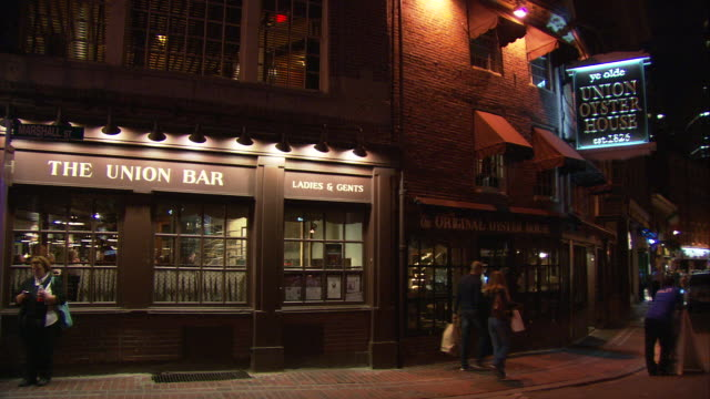 stockvideo's en b-roll-footage met ws people walking in front of union oyster house illuminated at night / boston, massachusetts, usa - westers schrift