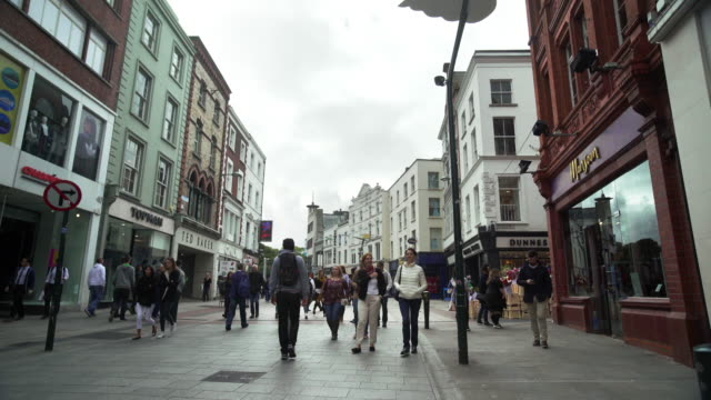 people walking in grafton street in dublin - 實時拍攝 個影片檔及 b 捲影像