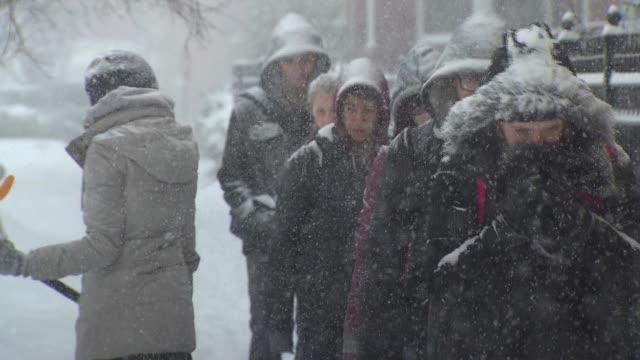vídeos y material grabado en eventos de stock de people walking in heavy snowfall in downtown chicago - ropa de invierno