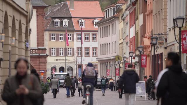 ドイツのハイデルベルクを歩く人々。 - ハイデルベルク点の映像素材/bロール