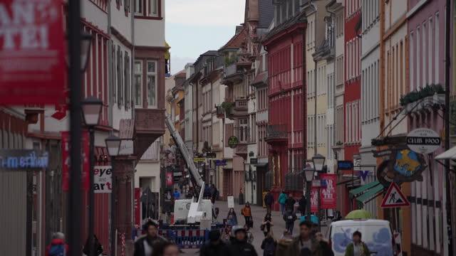 ドイツのハイデルベルクを歩く人々。 - ハイデルベルク城点の映像素材/bロール