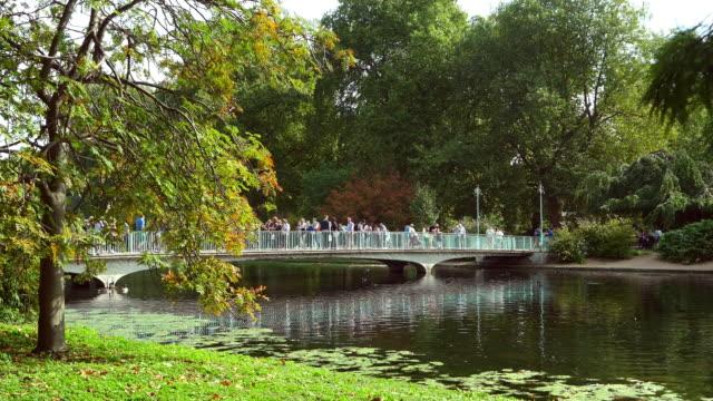 Menschen, die zu Fuß In London St James Park