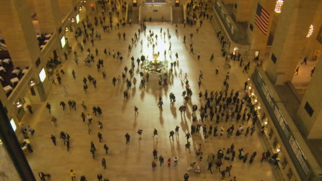 t/l ws ha people walking in main concourse at grand central station / new york city, new york, usa - fahrkartenschalter stock-videos und b-roll-filmmaterial