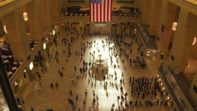 ws ha people walking in main concourse at grand central station / new york city, new york, usa - fahrkartenschalter stock-videos und b-roll-filmmaterial